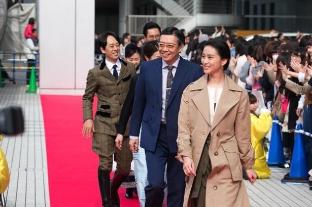 【写真を見る】会場にはレッドカーペットが敷かれ、集まったおよそ1000人の観客の熱狂の中をまずは武井咲、生瀬勝久らが行進!