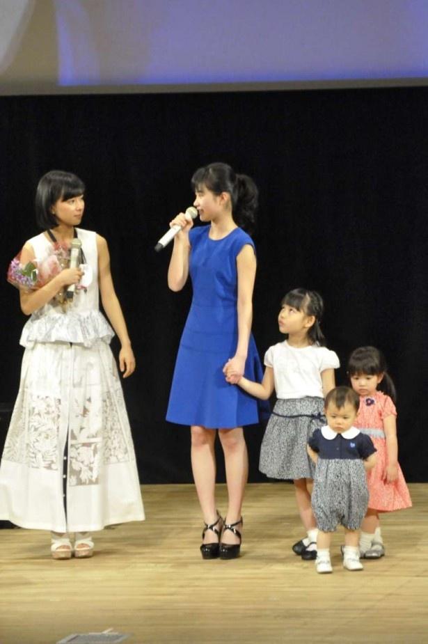 ステージに歴代のさくらがそろい、芳根京子もびっくり