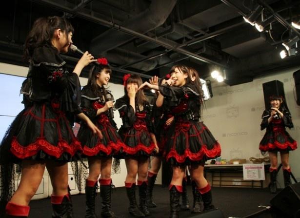 リーダー・ゆゆしむ(新ユウユ、左から1人目)のあいさつで、メンバーがザワザワする!?