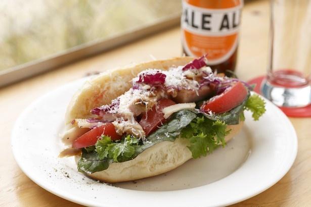 【写真を見る】FOODSTAND magaliの本日のサンドイッチ(手前:800円)、箕輪ビール(奥:800円)