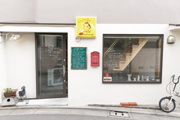 vicoloは、路地裏のこぢんまりとした店。店で提供しているナポリのコーヒーのロゴ看板がかわいい