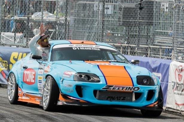 レース開始前の選手紹介で、車両から身を乗り出し手を振る日比野