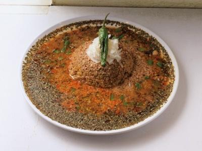 キーマカレー850円。スパイスの香りを第一に考えて作ったカレー。スープのようにサラッとしたルーが、幾重にも広がるスパイスの旨みを包み込む