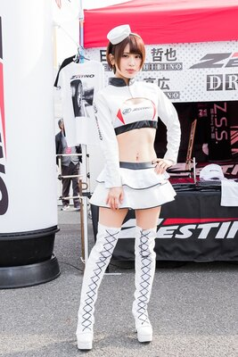 【写真を見る】レースアップのブーツとフリルのミニスカートが可愛い!ゼスティノの美人レースクイーン