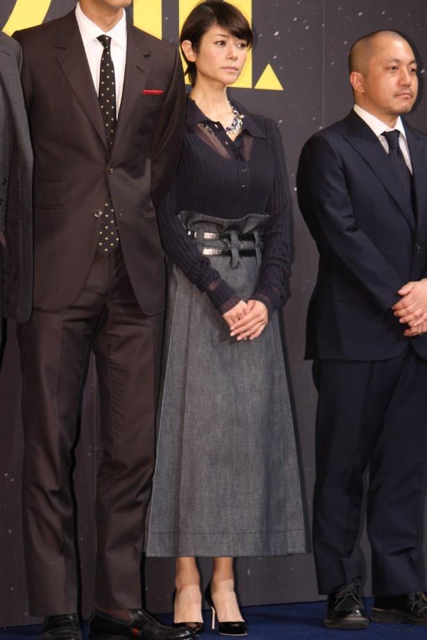 【写真を見る】真木よう子は黒のブラウスとスカートで登壇