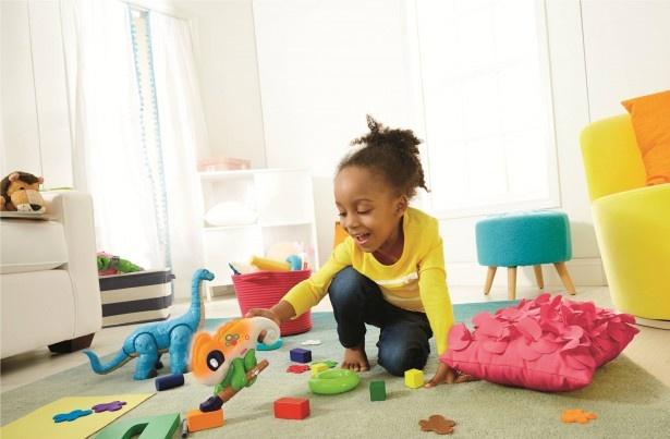 カメレオンのボディがタッチしたものの色に変わる進化したバイリンガル知育玩具