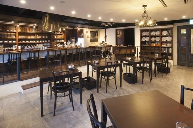 「cafe et craft yue.」海外の図書館をイメージした店内は自分だけの書斎のように落ち着ける空間。