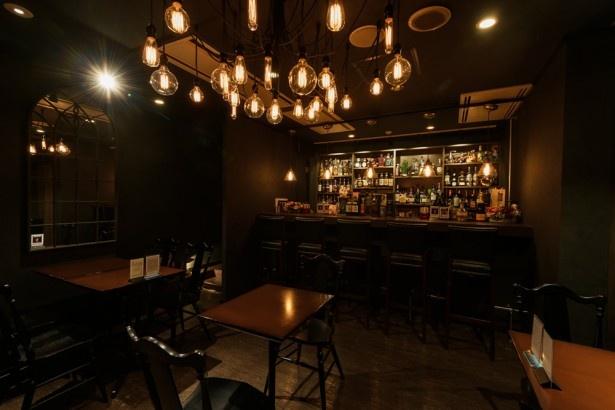 「Bar plus Sweets Two Rings」店内。照明を落としたムードのある空間は、街の喧騒から離れ、ゆったりとした時間を過ごすことができます。