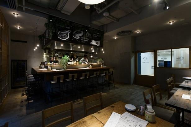 「Bistro BON tabloid table」の店内は大衆食堂とは程遠いオシャレな雰囲気。夜はお肉に舌鼓を打ちながらゆっくりお酒を楽しむ人が多いのだそう。