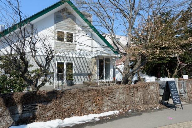 緑色の三角屋根が目印の一軒家のパン屋さん「シロクマベーカリー」