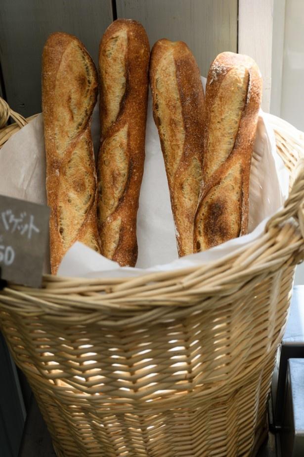 「石臼バゲット」は石臼引き全粒粉を20%使用、カリッとしていて小麦の風味を楽しめる一品