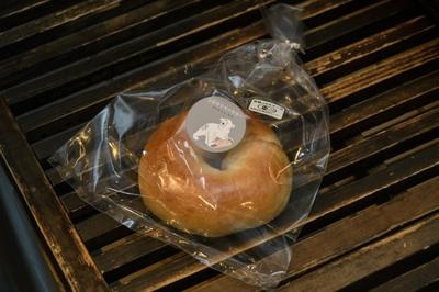 「オーガニックベーグル」有機JAS認証の北海道産オーガニック小麦をゆでてから作り上げている