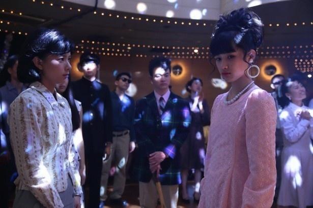 ナイトクラブ「青い月」で、すみれ(芳根京子)はさくら(井頭愛海)を見つけ、連れて帰ろうとする