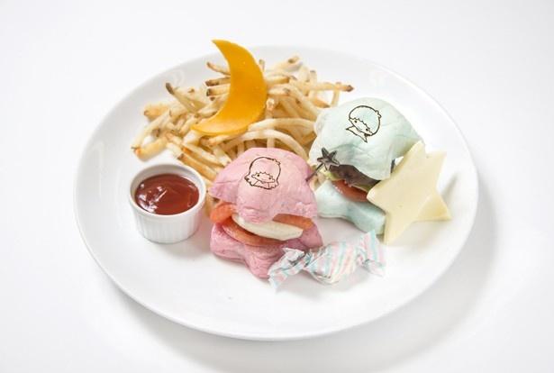 【写真を見る】一皿でビーフとサーモンの2つの味が楽しめるハンバーガープレート