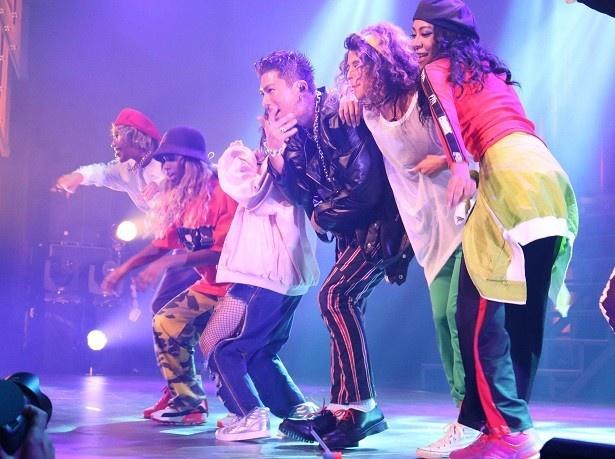 女性ダンサーと共にステージを盛り上げるSHOKICHI