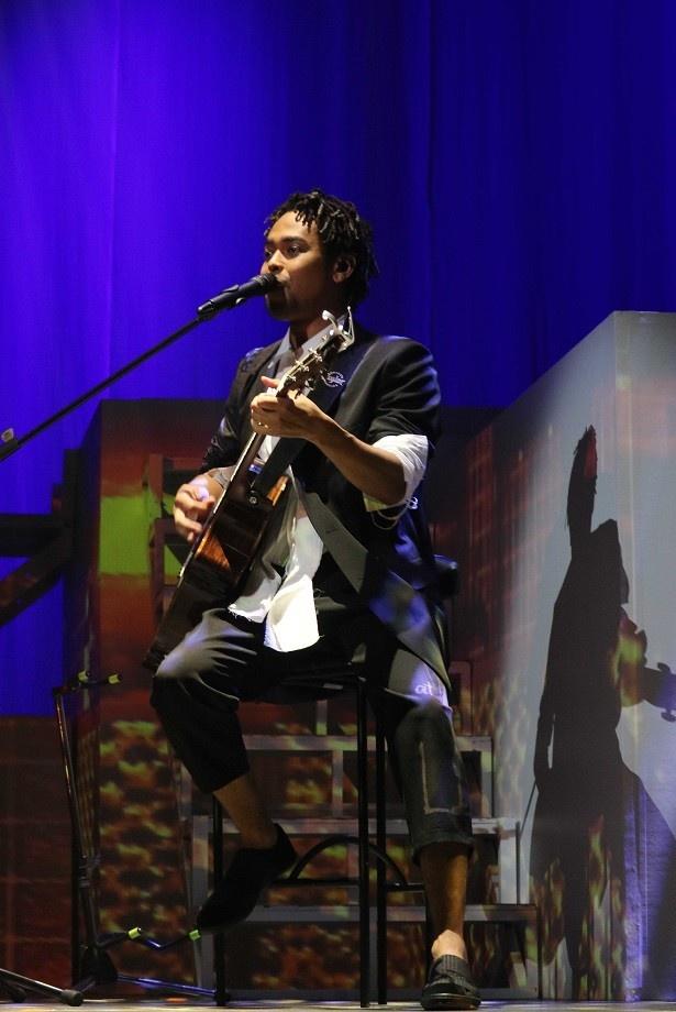 NESMITHは熊本出身。アコースティックギター片手にソロ曲を披露