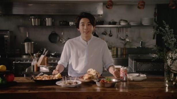 高橋一生が料理をする姿がWEBムービーで見られる!