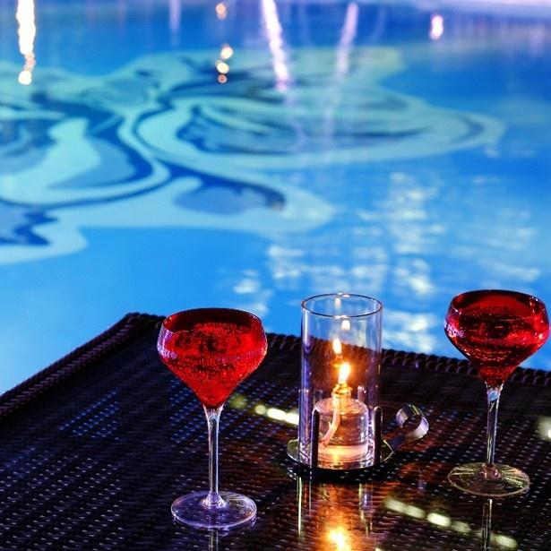 プールの水面に浮かぶLEDの光りが、大人の空間を演出