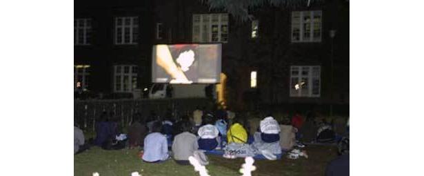 02年開催時の様子。開放的な空間で人気映画を楽しめる