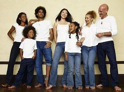 9月に発売した、メンズ・レディス向け850円、小学生向け800円、園児向け750円の低価格ジーンズ「みんなのジーンズ」