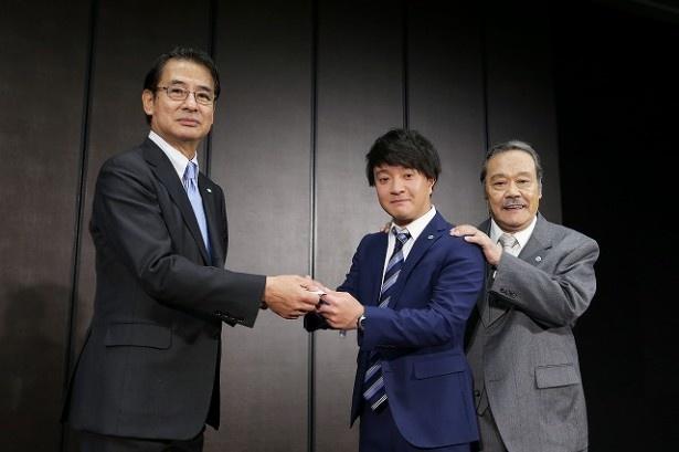 テレ東・高橋社長と名刺交換をする濱田岳&西田敏行