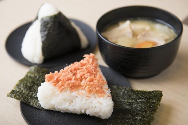 「ありんこ」本社厨房にて丸焼きされた鮭は、鮮やかなオレンジ色が美しい