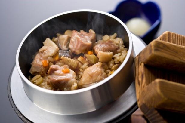 売り切れになるほど、多くの人が注文する串鳥の隠れた人気メニュー「鳥の釜飯」