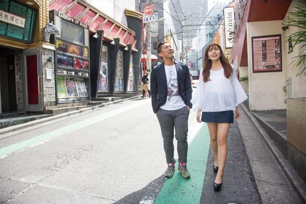 円山町を散策する2人
