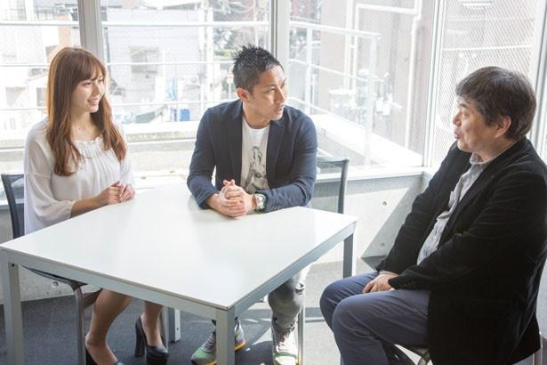 【写真を見る】「ミニシアターは渋谷で必然の文化」と語る北條支配人と談笑