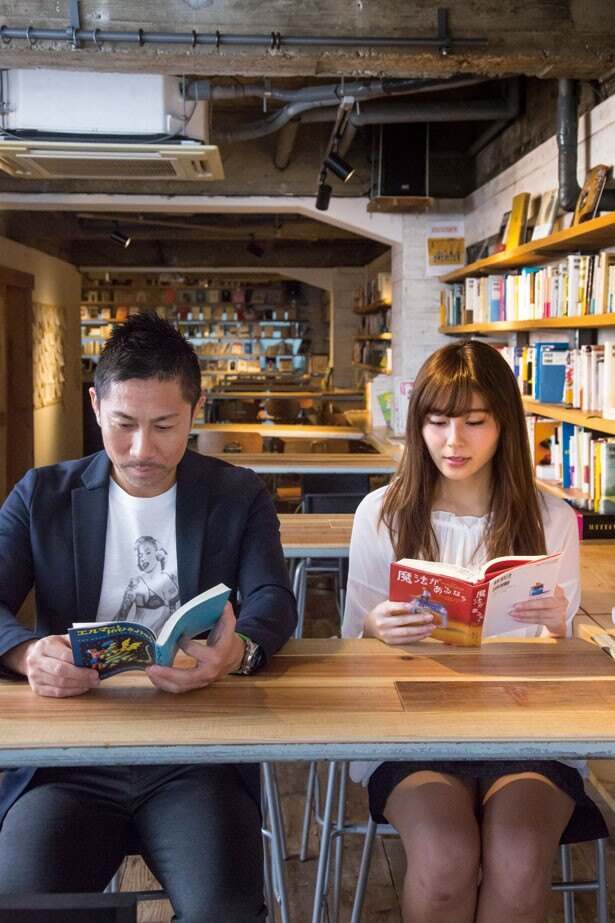 読書を楽しむ2人。「何を読んでるんですか?」(菊原)→「『エルマーのぼうけん』。懐かしい~」(前園)