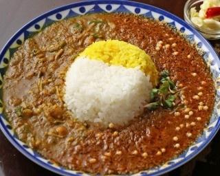 あいがけ900円。本日の肉カレーと豆カレー2種が同時に楽しめる。写真は白米(ササニシキ)とスパイスライス(高級タイ産香り米)のあいめし