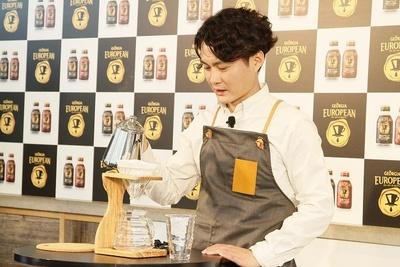 【写真を見る】コーヒーを抽出する「猿田彦珈琲」の大塚朝幸氏