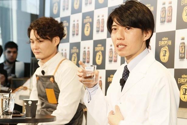 コーヒー豆のブレンドについて解説するプロジェクトマネージャーの立花慶久氏