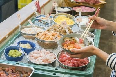 約15種類のネタをご飯の上に乗せると、自分だけの海鮮丼に早変わり