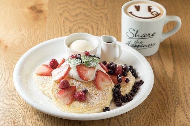 VERY FANCY 札幌のふわふわパンケーキのミックスベリー&カフェラテは1458円