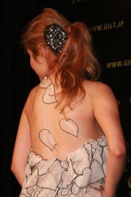 露出度満点!! 背中のデザインも凝ったドレス