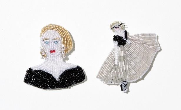 マリアンヌ バトルのブローチ、「ブラックドレス」(写真左 1万8900円)、「裏窓」(同右 2万1600円)