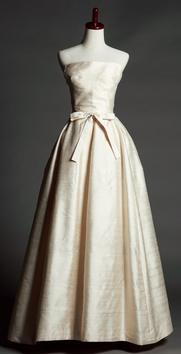 清楚な光沢をもつドレスは公式写真でも着用された