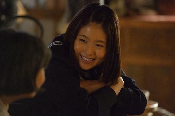 【画像を見る】ういういしいセーラー服姿の有村。学校で、東京五輪について友人と語り合うみね子(有村)