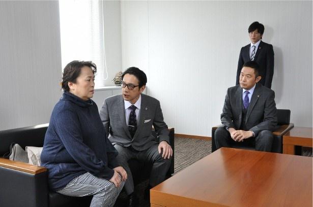 第1話では、殺人罪で10年間服役していた静江(渡辺えり)が、出所後に再審を請求し、担当刑事だった大岩に誤認逮捕疑惑が生じてしまう