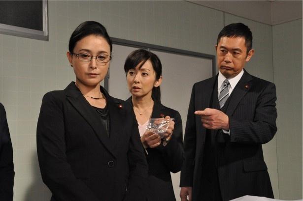 次期総理大臣との呼び声も高い国会議員・玲子(国生さゆり)の私設秘書が遺体で見つかる