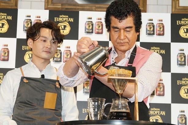【写真を見る】「猿田彦珈琲」の店主である大塚朝之さんの指導のもと、集中してハンドドリップを行った