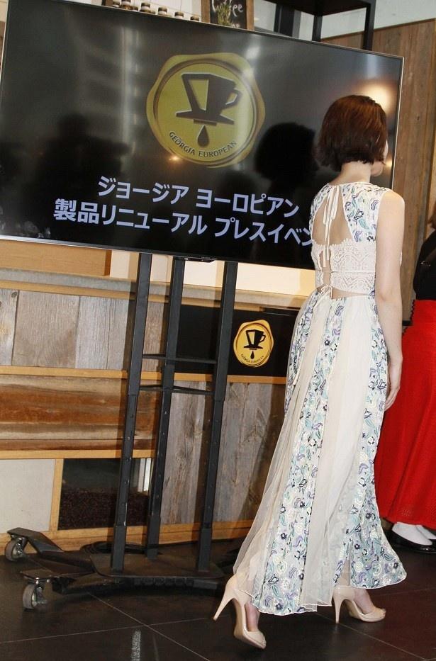 【写真を見る】背中チラ見せのセクシードレス!