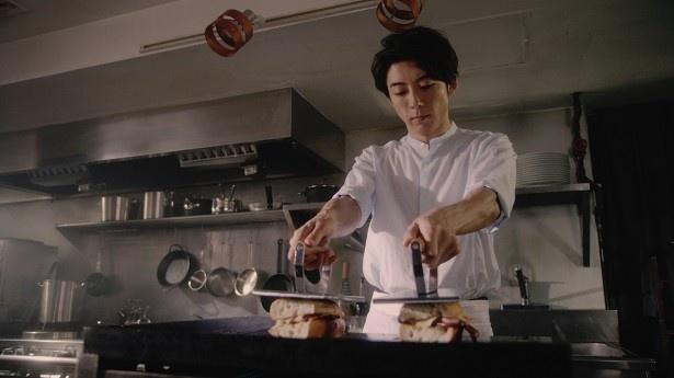 真剣な表情で、手際よく調理を行う