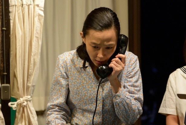 4月4日放送の第2回では、実の安否を確認するため、妻・美代子(木村佳乃)らが簡易郵便局に駆け込む展開に