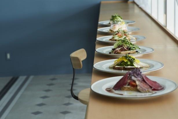 バターをパンに塗り、その上に様々な食材をのせて食べる「スモーブロー」はデンマーク発祥の具沢山なオープンサンド