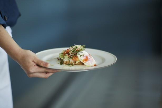 SOHOLM CAFÉ +DELIで味わえるスモーブローの1種「サーモン」