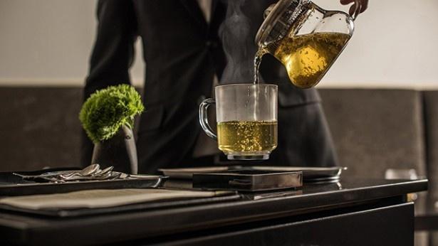 宙に浮いたグラスには飲み物を注いでも問題なし!