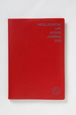 2つの時間軸を同時に見られる手帳。色は赤(写真)のほかにもブラックがある
