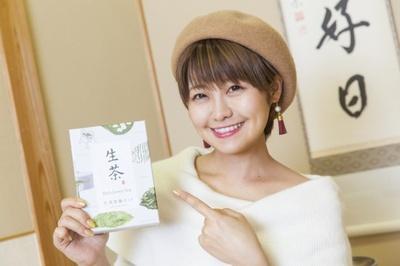モデルの綾瀬羽乃さんが、「あけてびっくり生茶箱」に共通して入っている「生茶体験キット」にトライ!